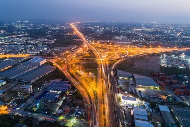 Snelwegen en snelwegen 's nachts en schemering in de stad. Premium Foto