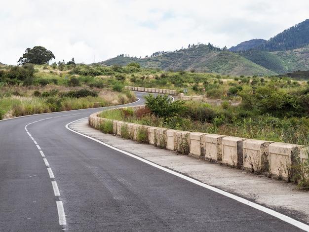 Snelwegwegen met natuurlijk landschap Gratis Foto