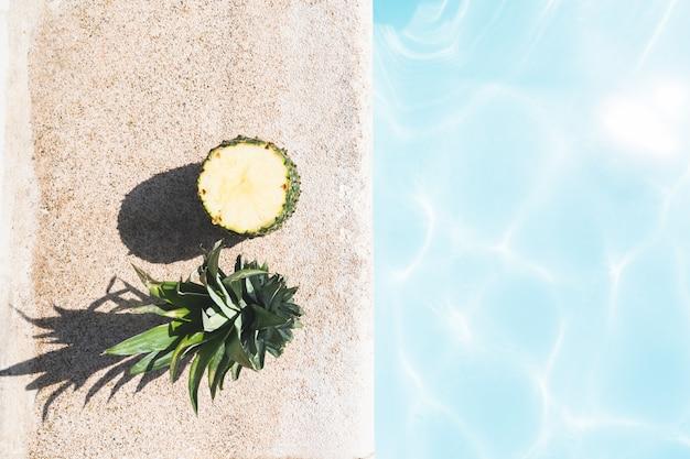 Snij ananas in het zwembad. Premium Foto