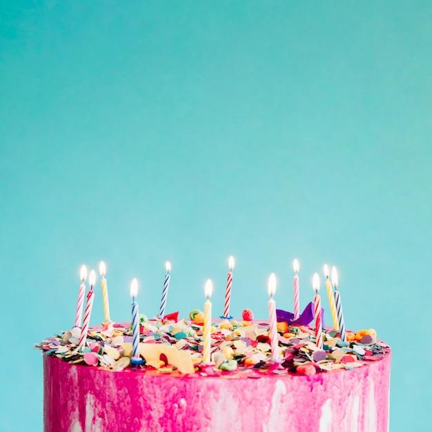 Snijd cake op turkooise achtergrond Premium Foto