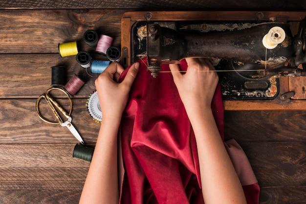 Snijd de handen naaien op de machine Gratis Foto