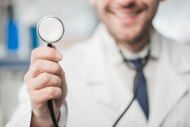 Snijd de hoorzitting van de artsenmens met stethoscoop Gratis Foto