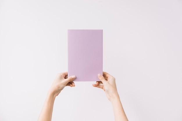 Snijd handen met gesloten boek Gratis Foto