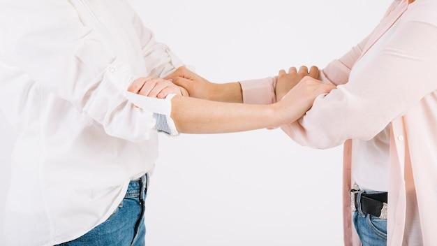 Snijd vrouwen die armen grijpen Gratis Foto