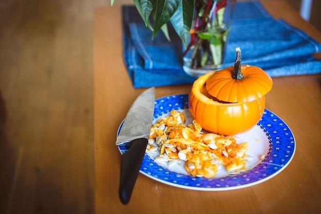 Snijdende halloween-pompoen Gratis Foto