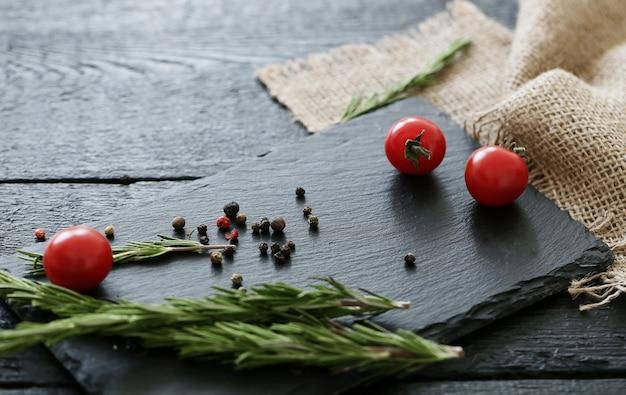 Snijplank met kruiden en tomaten Gratis Foto