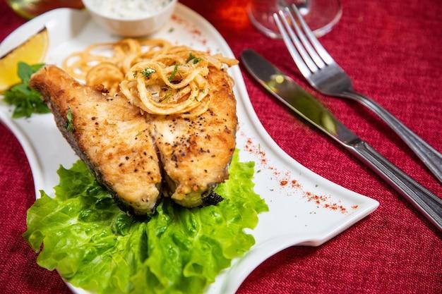Snoekbaars op salade met citroen Premium Foto