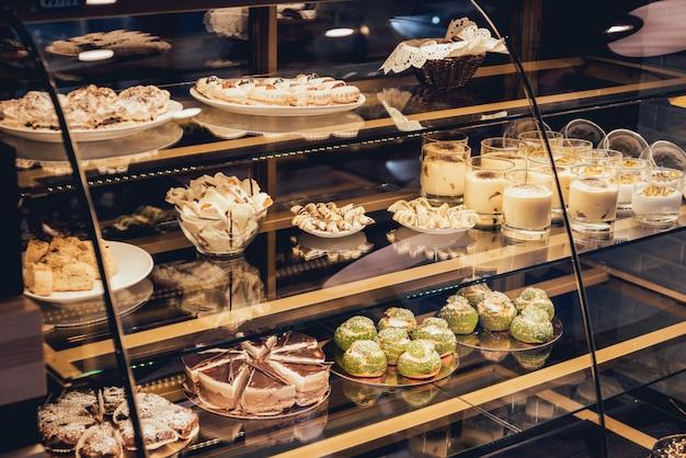 Snoep en gebak in de vitrine Premium Foto