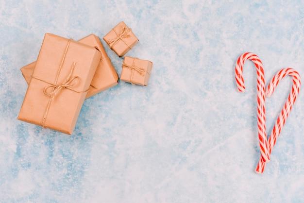 Snoep stokken met ingepakte geschenkdozen Gratis Foto