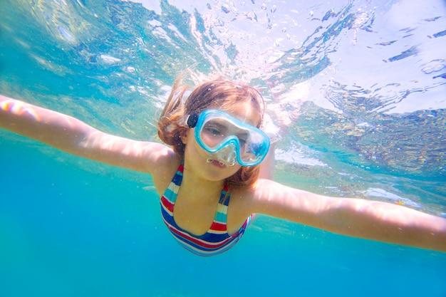 Snorkelen blond kind meisje onderwater bril en zwembroek Premium Foto