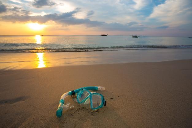 Snorkelen en snorkelen op het strand Gratis Foto