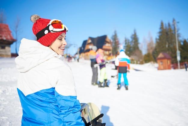 Snowboard meisje lopen op de helling Gratis Foto
