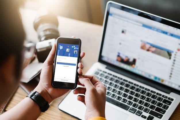Social media app logopagina op het scherm van de mobiele app Premium Foto