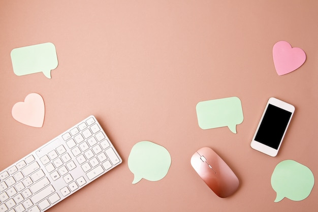 Social media concept flatlay met toetsenbord, telefoon, muis Premium Foto
