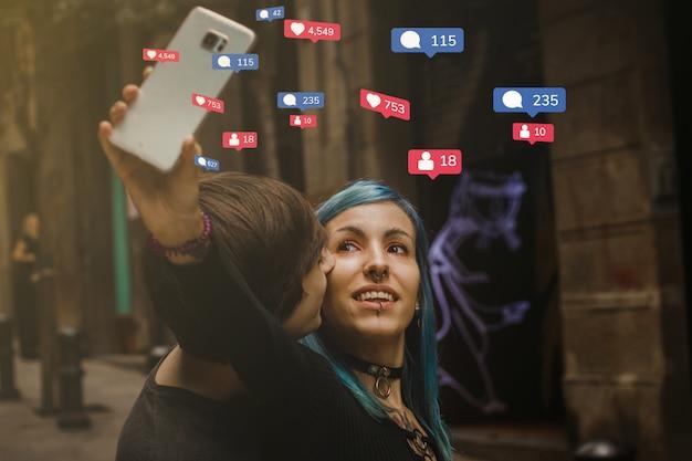 Social media verslavingsconcept: een paar millenials die foto's maken met de smartphone op straat, tieners levensstijl Premium Foto