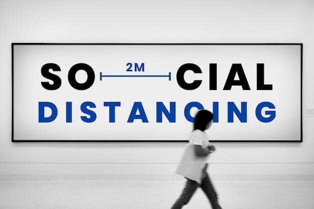 Sociale afstandsadvertentie op billboard Gratis Foto