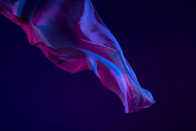 Soepele elegante transparante blauwe doek gescheiden op blauwe achtergrond. Gratis Foto