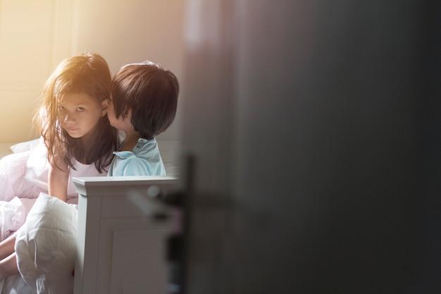 Soft focus afbeelding van kinderen in hun slaapkamer tijdens zelf geïsoleerd of quarantaine Premium Foto
