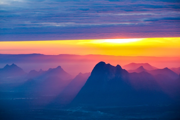 Soft focus en vervaging mooi landschap op de top van bergen met de zon bij zonsopgang Premium Foto