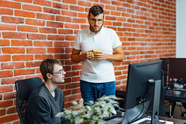Software-ingenieurs werken aan projecten en programmeren in bedrijf. Premium Foto