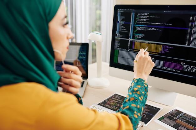 Softwareontwikkelaar die code controleert Premium Foto