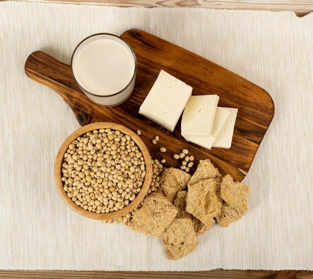 Sojaproductencollectie met sojaproductenmix, sojamelk, tahoe, soja-eiwit of tsp Premium Foto