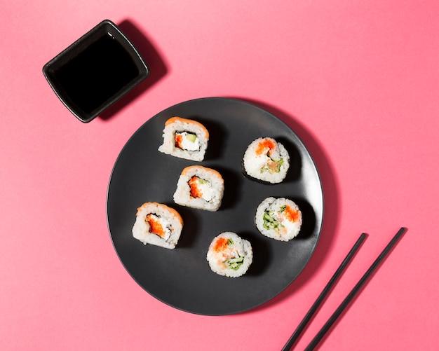 Sojasaus en sushi rolt Gratis Foto