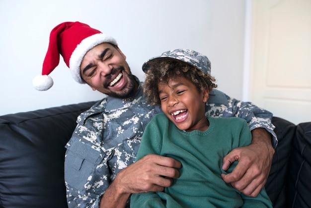 Soldaat in militair uniform genieten van kerstvakantie met zijn dochter Gratis Foto
