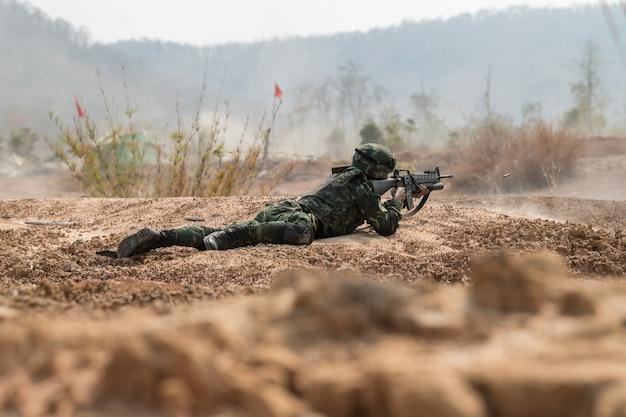Soldaat oefenen op patrouilleren Premium Foto