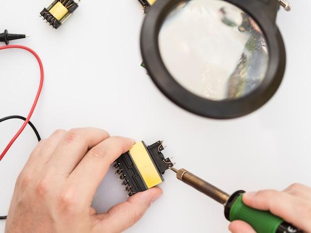 Soldeerbout gebruiken om een connector te bevestigen Gratis Foto