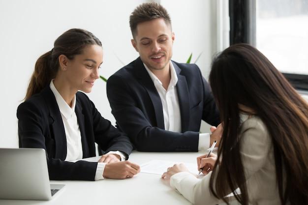 Sollicitant sluiting deal met potentiële werkgevers Gratis Foto