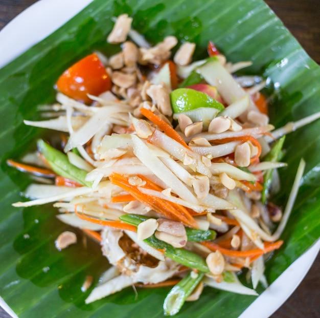 Som tam thai - thaise groene papajasalade met pinda's. Premium Foto