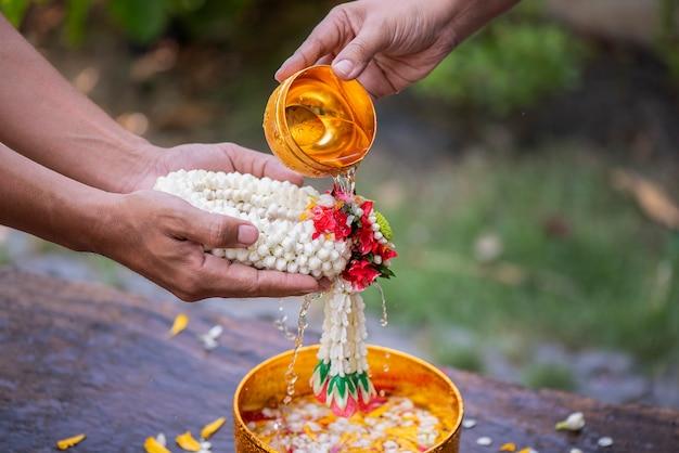 Songkran-festival en thaise nieuwjaarserie geven thaise oudere jasmijnslingers en zegeningen van oudere familieleden Premium Foto