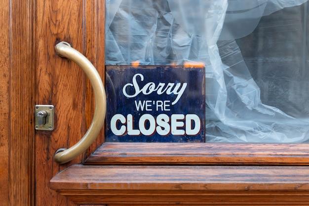 Sorry, we zijn gesloten - board on cafe / restaurant, gesloten bedrijf tijdens coronavirus pandemie, covid-19 uitbraak Premium Foto