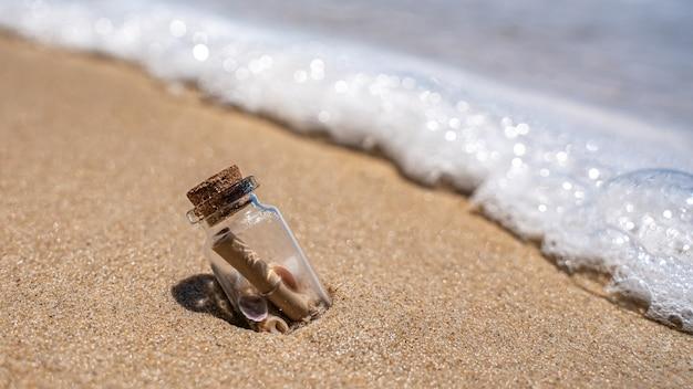 Sos-bericht in fles op strand Premium Foto