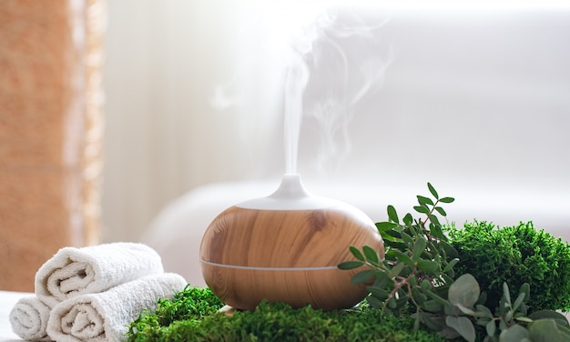Spa-compositie met het aroma van een moderne oliediffuser met lichaamsverzorgingsproducten Gratis Foto