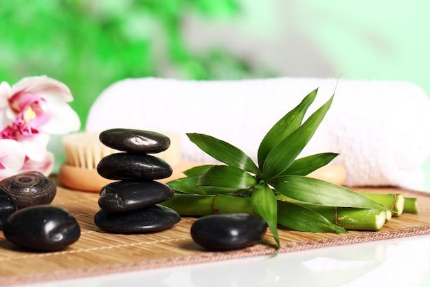 Spa en wellness, massage stenen en bloemen op houten tafellaken Gratis Foto