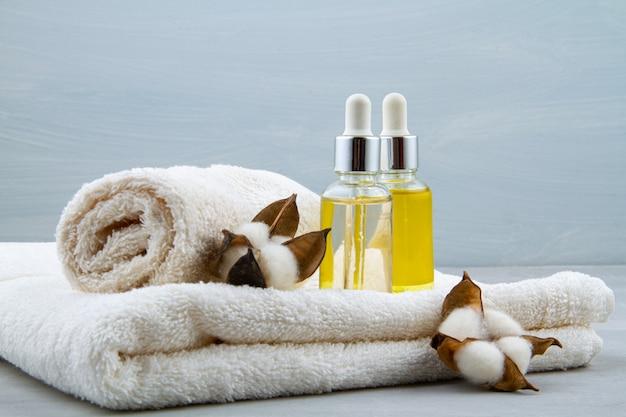 Spa- en wellnesssamenstelling met serum, handdoeken en schoonheidsproducten Premium Foto