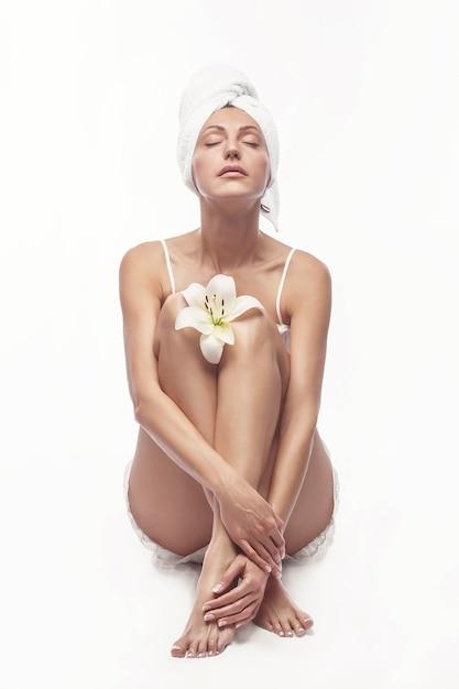 Spa huidverzorging schoonheid vrouw haar handdoek dragen na schoonheidsbehandeling. mooi Premium Foto