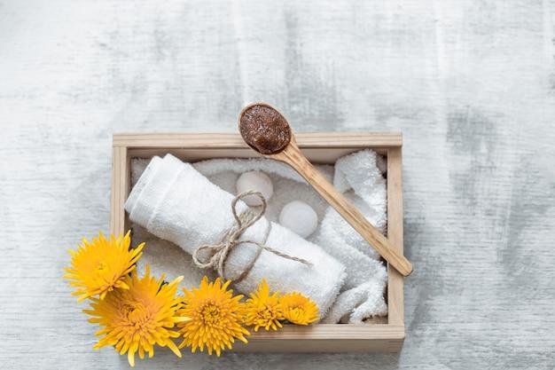 Spa huidverzorgingsartikelen in houten doos. Gratis Foto