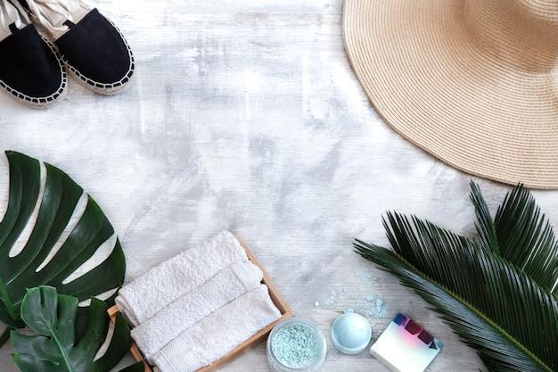 Spa. lichaamsverzorgingpunten op een witte achtergrond met tropische bladeren. zomer accessoires. ruimte voor tekst. Gratis Foto