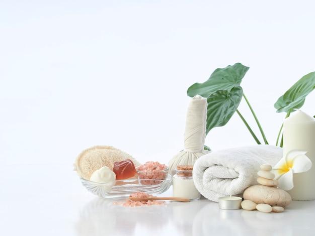 Spa massage concept, kruiden kompres bal, room, bloem zeep, geurkaars en himalaya roze zout, geïsoleerd op wit Premium Foto