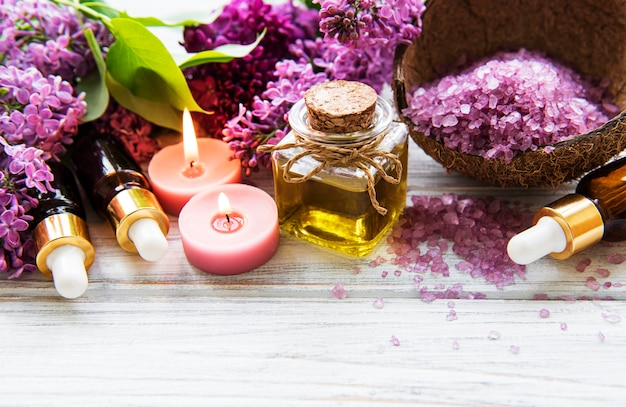 Spa omgeving met lila bloemen Premium Foto