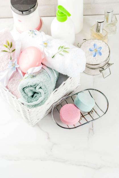 Spa ontspannen en bad concept, zeezout, zeep, met cosmetica en handdoeken Premium Foto