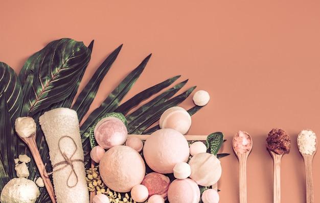 Spa samenstelling met de items lichaamsverzorging op gekleurde tafel Gratis Foto