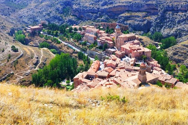 Spaanse bergen stad in zonnige dag. albarracin Gratis Foto