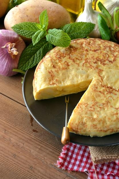 Spaanse omelet met aardappel en ei, begeleid door olijfolie Premium Foto