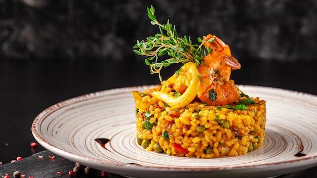 Spaanse paella met zeevruchten. Premium Foto