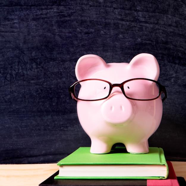 Spaarvarken met glazen en schoolbord Premium Foto