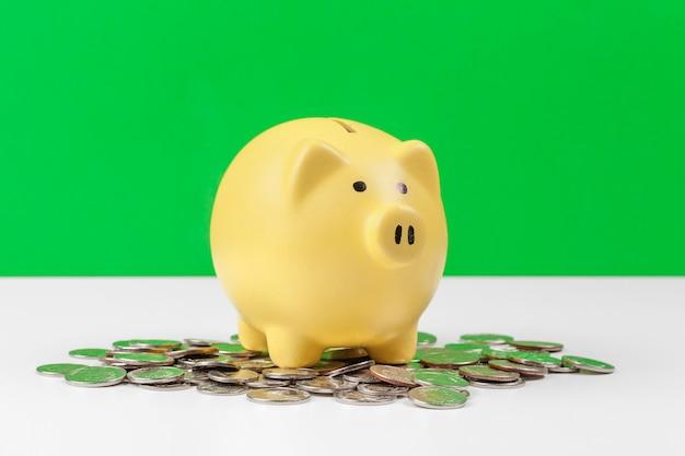 Spaarvarken met munt op de tafel Premium Foto